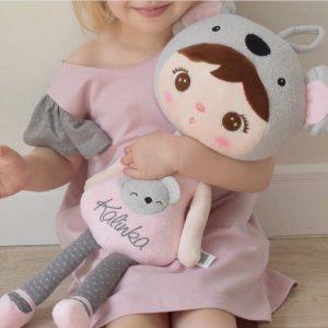 - handrová bábika - látková bábika - prvá bábika - bábika s menom - darček k meninám pre dievčatko - darček k meninám pre chlapca - darček k meninám pre 2 ročné dieťa - mojkáčik - mäkká bábika - bábika MeeToo